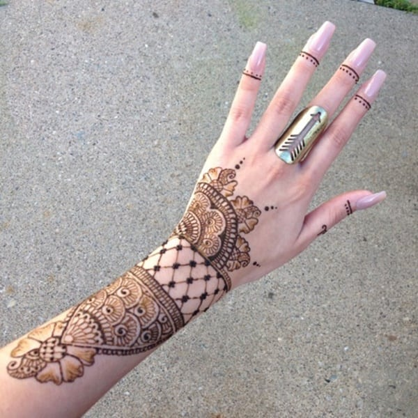 e593c28dc This lovely gold filigree lends an uber-feminine touch to the henna we see  here. We're loving the subtle finger designs and thin lines.